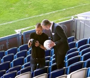 Daniel beim Shooting im Stadion mit den Initiatoren des 1. Internet Marketing Tag fürs Handwerk